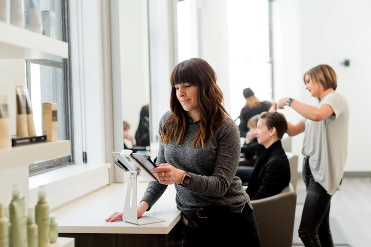 Woman-holding-a-tablet-salon